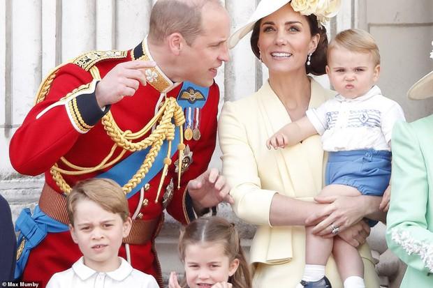 Lần đầu tiên xuất hiện công khai cùng gia đình, Hoàng tử Louis nhanh chóng đánh bật tất cả, trở thành nhân vật hot nhất sự kiện  - Ảnh 2.
