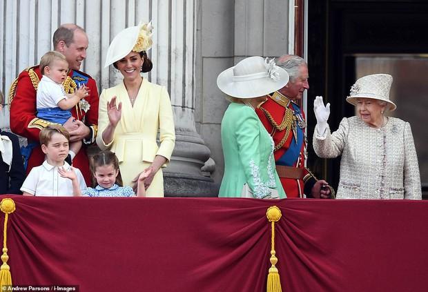 Lần đầu tiên xuất hiện công khai cùng gia đình, Hoàng tử Louis nhanh chóng đánh bật tất cả, trở thành nhân vật hot nhất sự kiện  - Ảnh 3.
