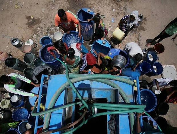Nắng nóng gay gắt ở Ấn Độ: Đâm chết nhau vì tranh nước, hổ bỏ rừng vào làng tìm nguồn nước - Ảnh 2.