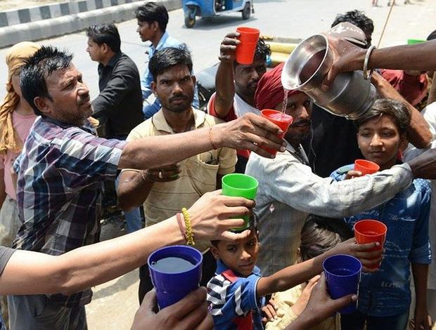 Nắng nóng gay gắt ở Ấn Độ: Đâm chết nhau vì tranh nước, hổ bỏ rừng vào làng tìm nguồn nước - Ảnh 3.