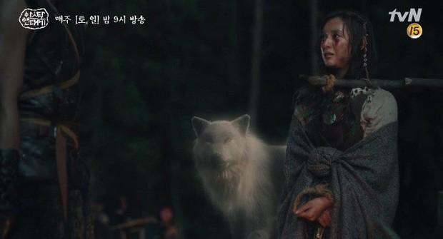 Kim Ji Won bùng nổ diễn xuất: Tự cắn đứt tay rồi bôi máu lên mắt, triệu hồi sói thần ngay tập 4 Niên Sử Kí Arthdal! - Ảnh 6.