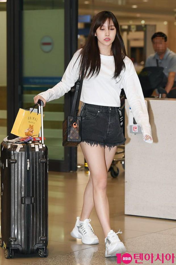 BLACKPINK đụng độ TWICE: Jennie lộ diện với biểu cảm tươi rói, dàn mỹ nhân YG đọ chân siêu dài bên đối thủ nhà JYP - Ảnh 13.