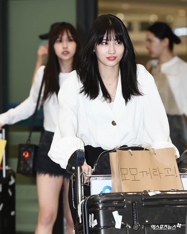 BLACKPINK đụng độ TWICE: Jennie lộ diện với biểu cảm tươi rói, dàn mỹ nhân YG đọ chân siêu dài bên đối thủ nhà JYP - Ảnh 16.