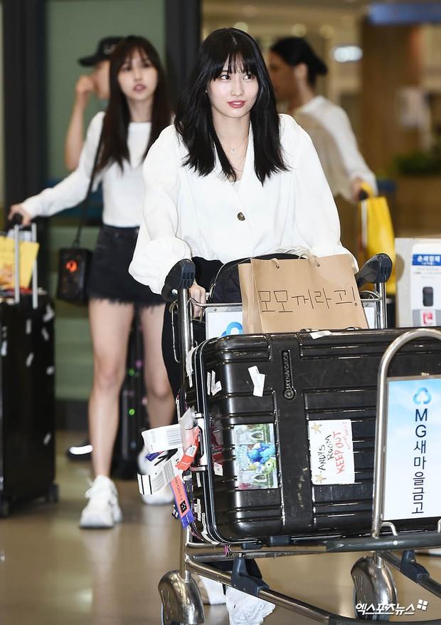 BLACKPINK đụng độ TWICE: Jennie lộ diện với biểu cảm tươi rói, dàn mỹ nhân YG đọ chân siêu dài bên đối thủ nhà JYP - Ảnh 15.