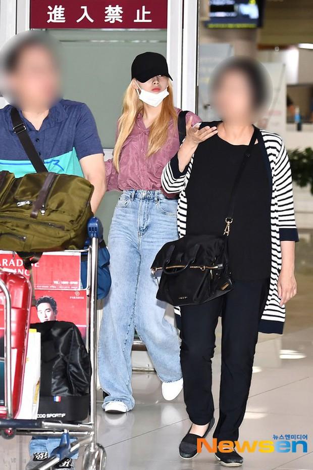 BLACKPINK đụng độ TWICE: Jennie lộ diện với biểu cảm tươi rói, dàn mỹ nhân YG đọ chân siêu dài bên đối thủ nhà JYP - Ảnh 17.