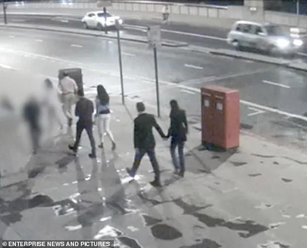 Nắm tay nhau cùng bước đi - hình ảnh cuối của cặp tình nhân gây xót xa trong vụ khủng bố cầu London 2017 - Ảnh 2.