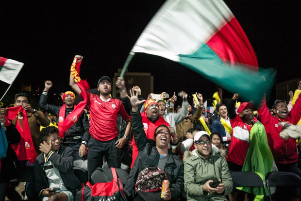 Cả đất nước đổ ra đường trắng đêm ăn mừng: Đội tuyển xếp dưới Việt Nam trên BXH FIFA tiếp tục gây chấn động bằng chiến thắng không tưởng - Ảnh 1.