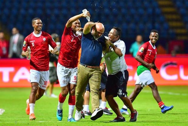 Cả đất nước đổ ra đường trắng đêm ăn mừng: Đội tuyển xếp dưới Việt Nam trên BXH FIFA tiếp tục gây chấn động bằng chiến thắng không tưởng - Ảnh 6.