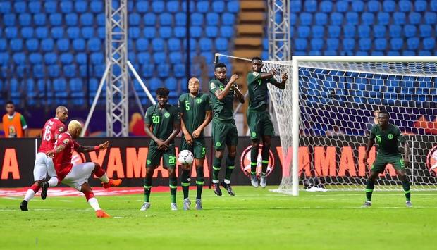 Cả đất nước đổ ra đường trắng đêm ăn mừng: Đội tuyển xếp dưới Việt Nam trên BXH FIFA tiếp tục gây chấn động bằng chiến thắng không tưởng - Ảnh 4.