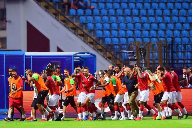 Cả đất nước đổ ra đường trắng đêm ăn mừng: Đội tuyển xếp dưới Việt Nam trên BXH FIFA tiếp tục gây chấn động bằng chiến thắng không tưởng - Ảnh 5.
