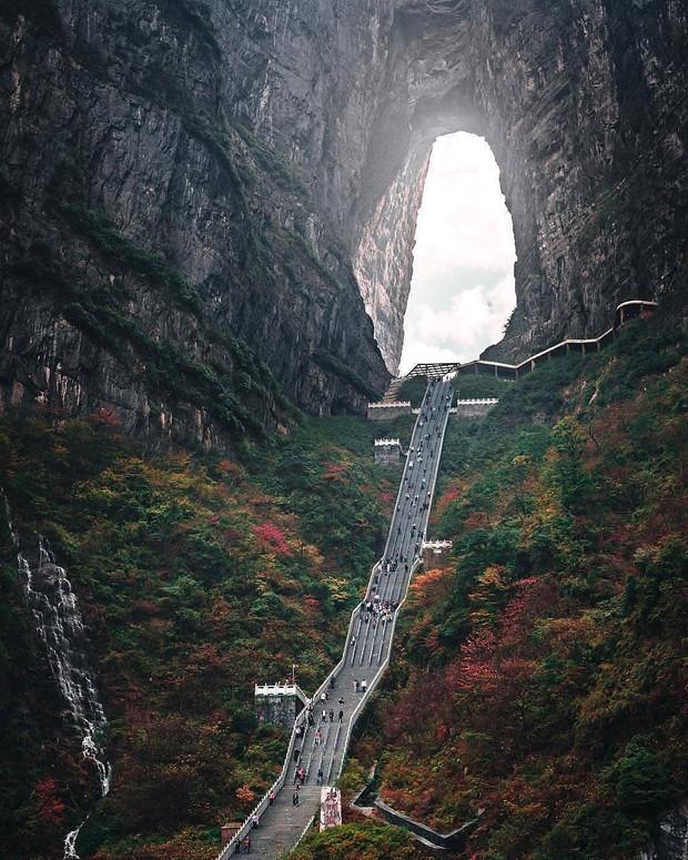 Thiên Môn Sơn - Đường lên cổng trời ở Trung Quốc khiến hội yếu tim phải khóc thét với 99 khúc cua dựng đứng - Ảnh 4.