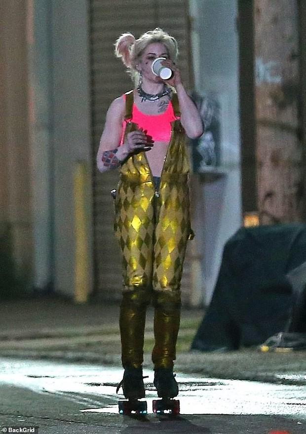 Harley Quinn mình mẩy cháy xém, hớt hơ hớt hải chạy giữa phố trong Birds of Prey nhưng thứ cô cầm theo mới gây chú ý - Ảnh 4.