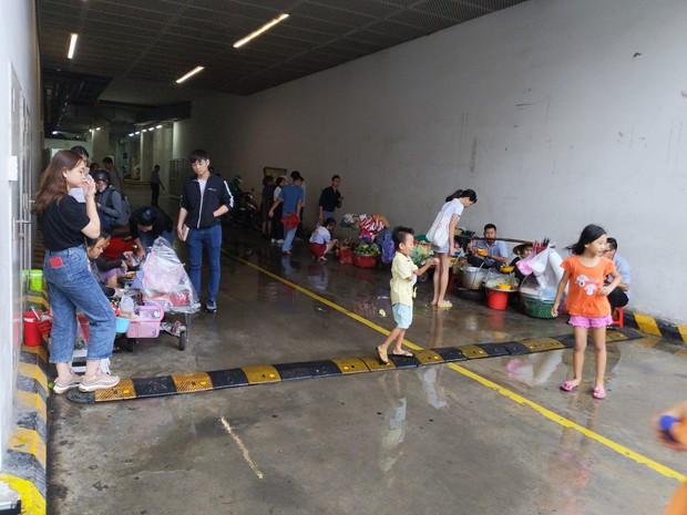 Cơn mưa bất chợt ở Sài Gòn và hành động đẹp của một TTTM đối với những người bán hàng rong khiến nhiều người ấm lòng - Ảnh 1.