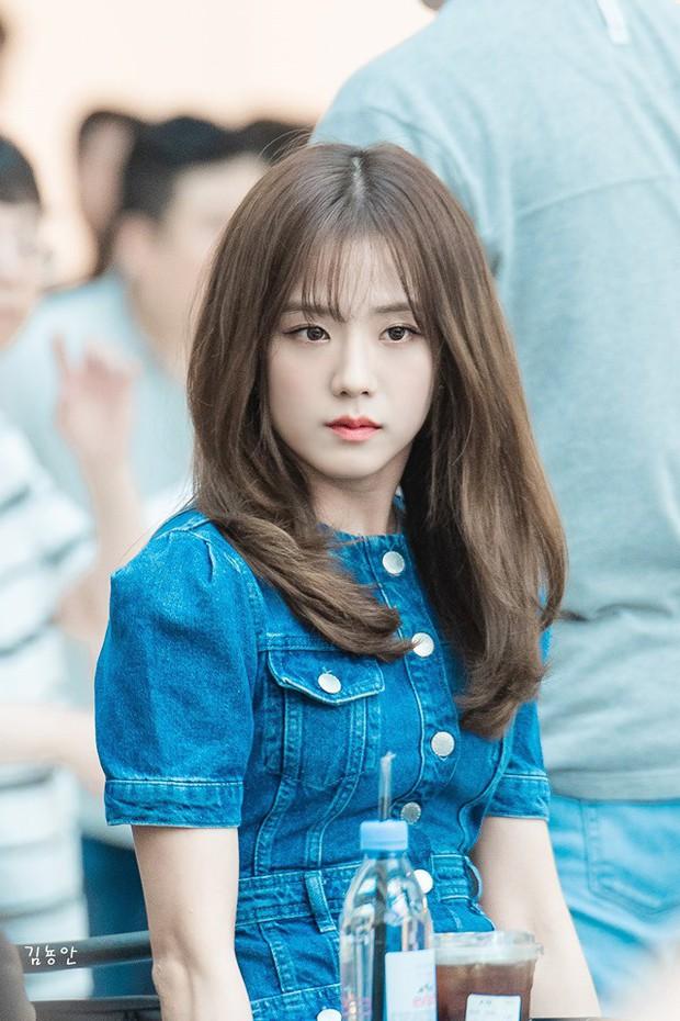 """Giống như Lisa, """"đỉnh cao visual"""" như Jisoo cũng phải kè kè chiếc lược để giữ được kiểu tóc hoàn hảo - Ảnh 1."""