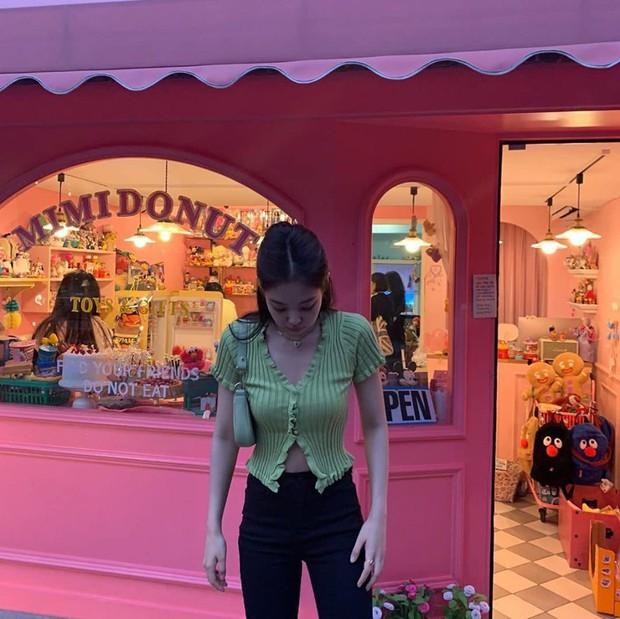 Quán xinh Jennie (BLACKPINK) vừa đăng hình đã có ngay 5 triệu like, nghe tên cứ tưởng cửa hàng bánh ngọt nhưng hoá ra lại bán thứ này - Ảnh 3.