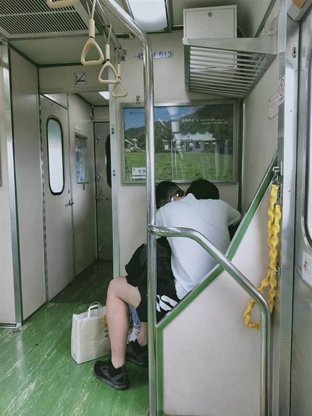 """Cặp đôi vô tư """"diễn cảnh nóng"""" trên tàu điện gây phẫn nộ dư luận - Ảnh 2."""