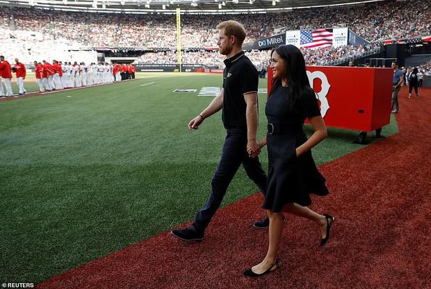 Ngược đời như Meghan Markle: lúc bầu bí thì đi giày cao chót vót, tới bây giờ lại thảnh thơi đi giày bệt - Ảnh 1.