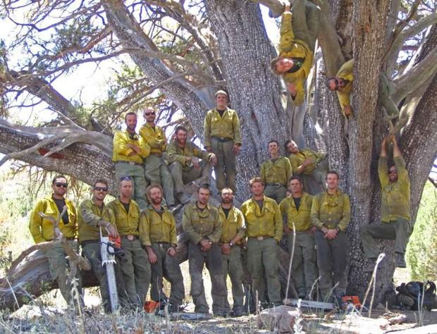 Bức ảnh 19 lính cứu hỏa cùng chung một số phận và câu chuyện thảm kịch trong vụ cháy rừng kinh hoàng nhất lịch sử nước Mỹ - Ảnh 1.
