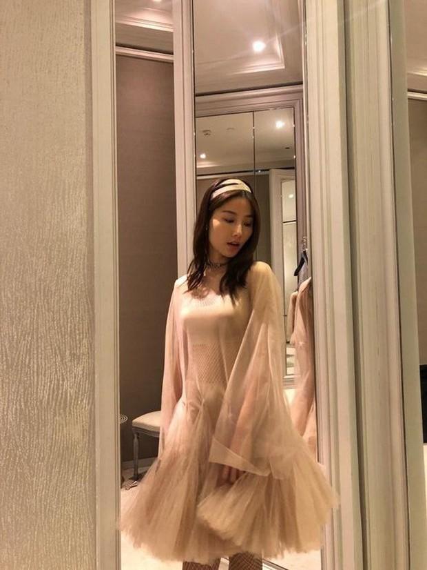 Đụng váy Dior: Song Hye Kyo thần thái xuất hiện trên tạp chí khi mới lục đục hôn nhân, Diễm My 9x kém sắc hơn hẳn - Ảnh 3.