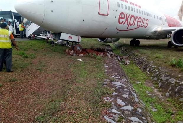 Hai máy bay khách lao khỏi đường băng ở Ấn Độ - Ảnh 3.
