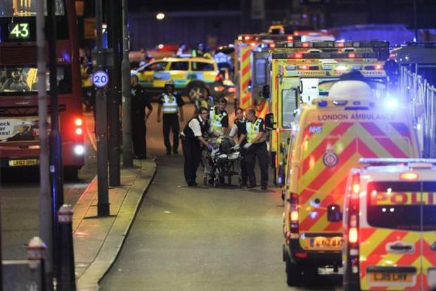 Nắm tay nhau cùng bước đi - hình ảnh cuối của cặp tình nhân gây xót xa trong vụ khủng bố cầu London 2017 - Ảnh 10.
