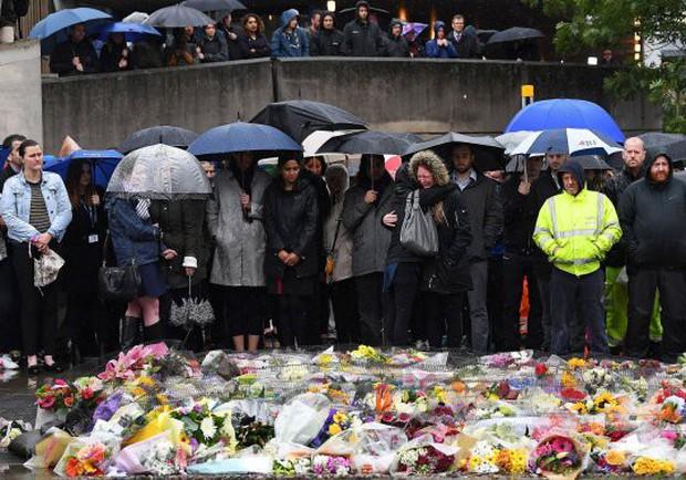 Nắm tay nhau cùng bước đi - hình ảnh cuối của cặp tình nhân gây xót xa trong vụ khủng bố cầu London 2017 - Ảnh 11.