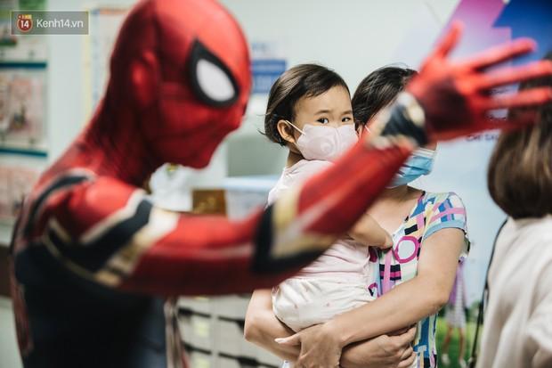 """Chàng trai 26 tuổi trong bộ đồ người nhện ở Bệnh viện Nhi Trung ương: """"Thay vì chờ đợi, hãy tự tạo cơ hội giúp đỡ người khác"""" - Ảnh 9."""