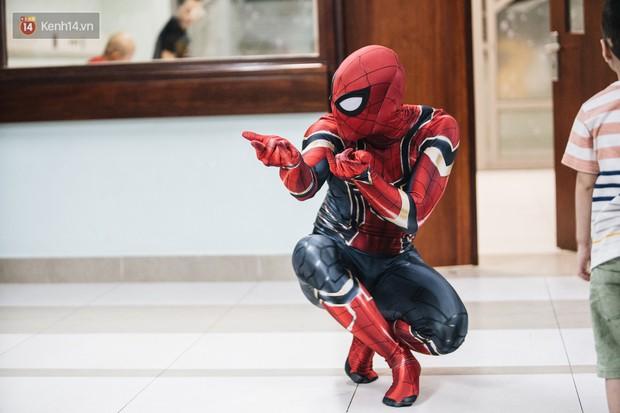 """Chàng trai 26 tuổi trong bộ đồ người nhện ở Bệnh viện Nhi Trung ương: """"Thay vì chờ đợi, hãy tự tạo cơ hội giúp đỡ người khác"""" - Ảnh 1."""