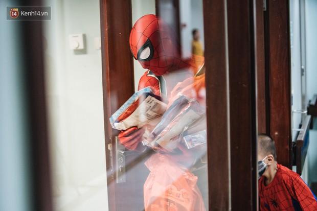 """Chàng trai 26 tuổi trong bộ đồ người nhện ở Bệnh viện Nhi Trung ương: """"Thay vì chờ đợi, hãy tự tạo cơ hội giúp đỡ người khác"""" - Ảnh 7."""