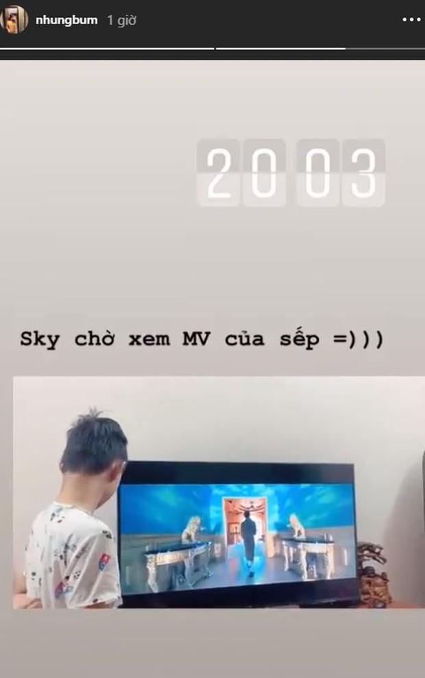 Bạn gái Văn Toàn chia sẻ khoảnh khắc chờ xem MV Hãy trao cho anh của sếp Sơn Tùng - Ảnh 1.