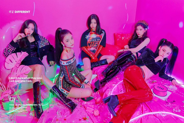 Cách JYP cho ITZY chụp ảnh come back: Vẫn concept quen, ngồi yên theo thứ tự cũ, đổi trang phục thay đèn màu khác là xong - Ảnh 1.