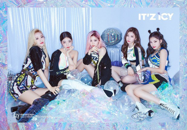 Cách JYP cho ITZY chụp ảnh come back: Vẫn concept quen, ngồi yên theo thứ tự cũ, đổi trang phục thay đèn màu khác là xong - Ảnh 2.