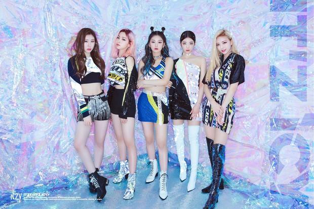 Cách JYP cho ITZY chụp ảnh come back: Vẫn concept quen, ngồi yên theo thứ tự cũ, đổi trang phục thay đèn màu khác là xong - Ảnh 4.