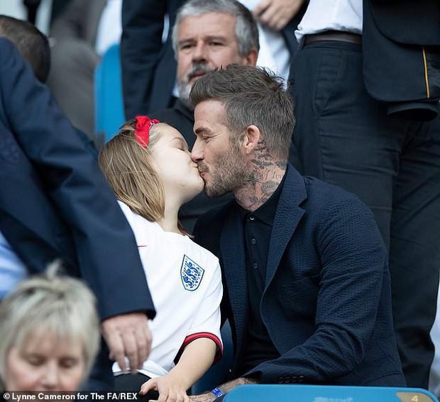 Con gái rượu của Beckham xuất hiện cực thần thái khi chụp hình với mẹ, fan thích thú vì nụ cười giống hệt một người trong nhà - Ảnh 3.