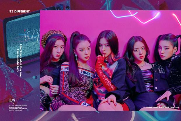 Cách JYP cho ITZY chụp ảnh come back: Vẫn concept quen, ngồi yên theo thứ tự cũ, đổi trang phục thay đèn màu khác là xong - Ảnh 5.