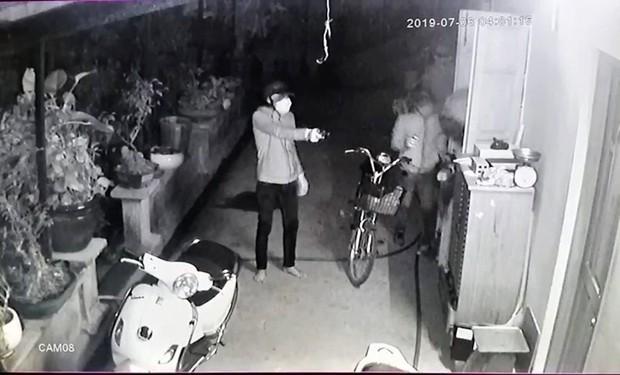 Clip: Người đàn ông dùng bình cứu hỏa chống trả nhóm trộm táo tợn thủ súng và roi điện, giải cứu con trai 15 tuổi bị khống chế - Ảnh 2.