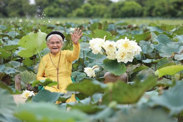 Thần thái tự nhiên cùng biểu cảm dễ thương của cụ bà 90 tuổi bên hồ sen khiến ai cũng trầm trồ - Ảnh 2.