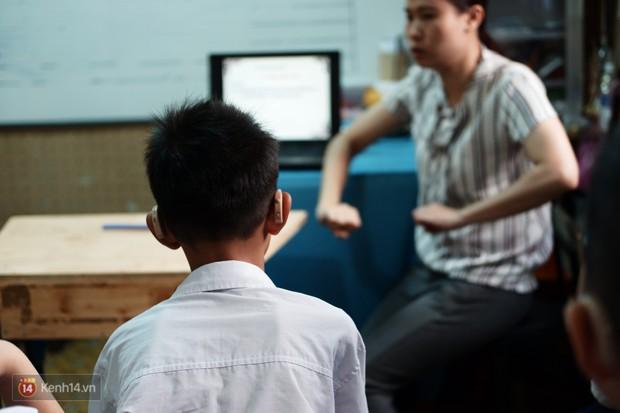 Lớp học thinh lặng giữa Sài Gòn: Không tiếng giảng bài không lời phát biểu, nhưng không tắt hy vọng bao giờ - Ảnh 1.