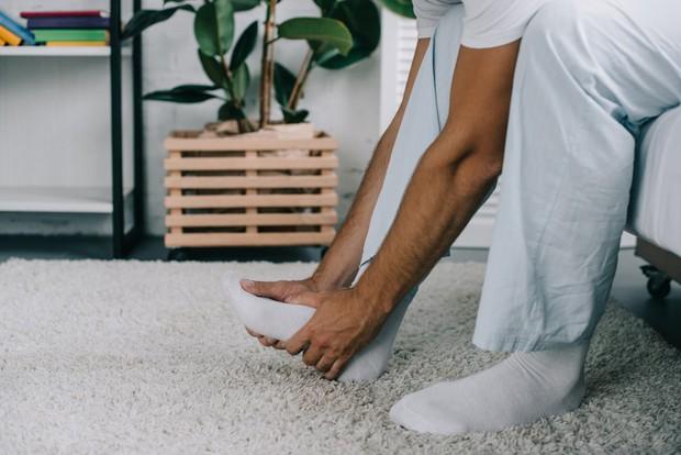 Nhập viện vì gót chân quá đau đớn, bệnh nhân không ngờ thủ phạm lại là sợi tóc mỏng manh dài 1cm - Ảnh 1.