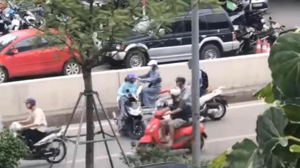 Hà Nội: Nữ ninja liều lĩnh quay đầu xe, đi ngược chiều bất chấp dòng phương tiện đang đi vun vút giữa hầm Kim Liên - Ảnh 2.