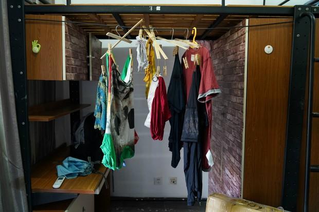 Chỉ với 350k, nam sinh khéo tay khoác áo mới cho phòng mình, các chị khóa trên liền ầm ầm xin số điện thoại - Ảnh 1.
