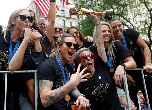Hàng chục nghìn CĐV đổ ra đường xem tuyển Mỹ diễu hành mừng vô địch World Cup nữ 2019 - Ảnh 2.