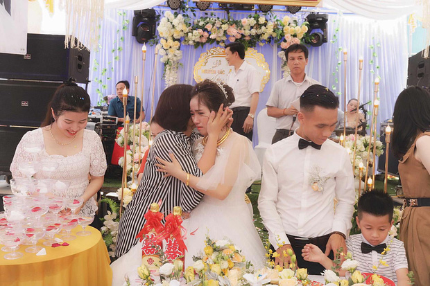 Xúc động hình ảnh cô dâu Nghệ An khóc nức nở, ôm chặt người thân trong ngày về nhà chồng - Ảnh 3.