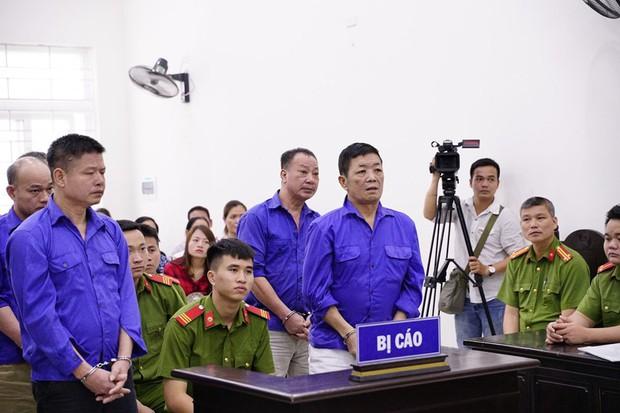 Trùm bảo kê chợ Long Biên Hưng kính khóc nức nở khi gặp người thân ở tòa án - Ảnh 1.