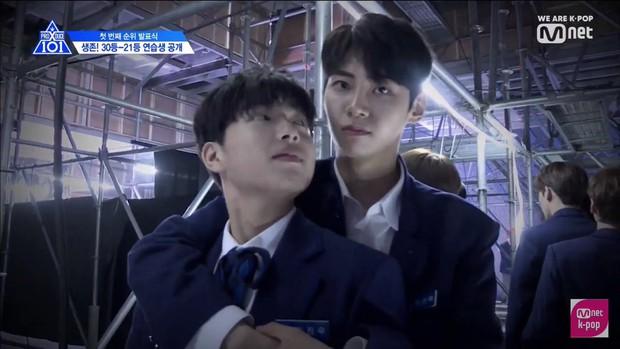 5 cặp anh em tình bể bình của Produce X 101: Host Lee Dong Wook bất ngờ sánh đôi cùng nam thí sinh! - Ảnh 1.