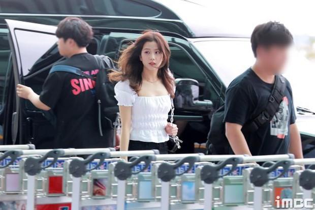 Sân bay náo loạn vì nhan sắc đỉnh cao của BLACKPINK đè bẹp girlgroup hot nhất nhà CUBE - (G)-IDLE - Ảnh 3.