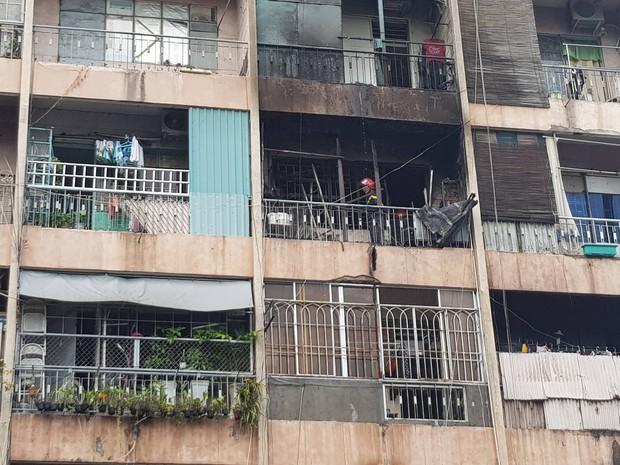 Cháy lớn ở ký túc xá Trường Cao đẳng kỹ thuật Cao Thắng ở Sài Gòn, hàng chục người mắc kẹt kêu cứu - Ảnh 1.