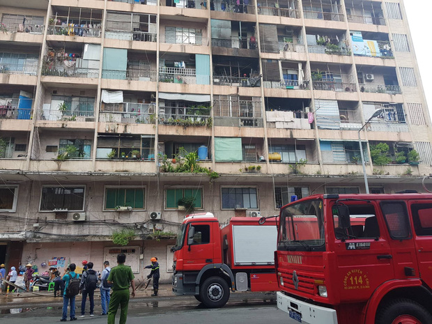 Cháy lớn ở ký túc xá Trường Cao đẳng kỹ thuật Cao Thắng ở Sài Gòn, hàng chục người mắc kẹt kêu cứu - Ảnh 2.