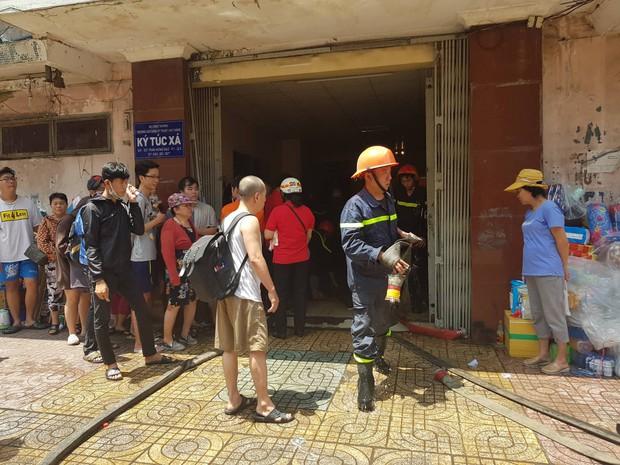 Cháy lớn ở ký túc xá Trường Cao đẳng kỹ thuật Cao Thắng ở Sài Gòn, hàng chục người mắc kẹt kêu cứu - Ảnh 3.