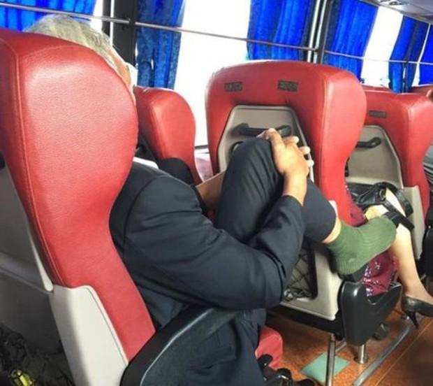 Nữ hành khách đi máy bay thản nhiên gác chân lên ghế trước, dân mạng lắc đầu ngao ngán - Ảnh 6.